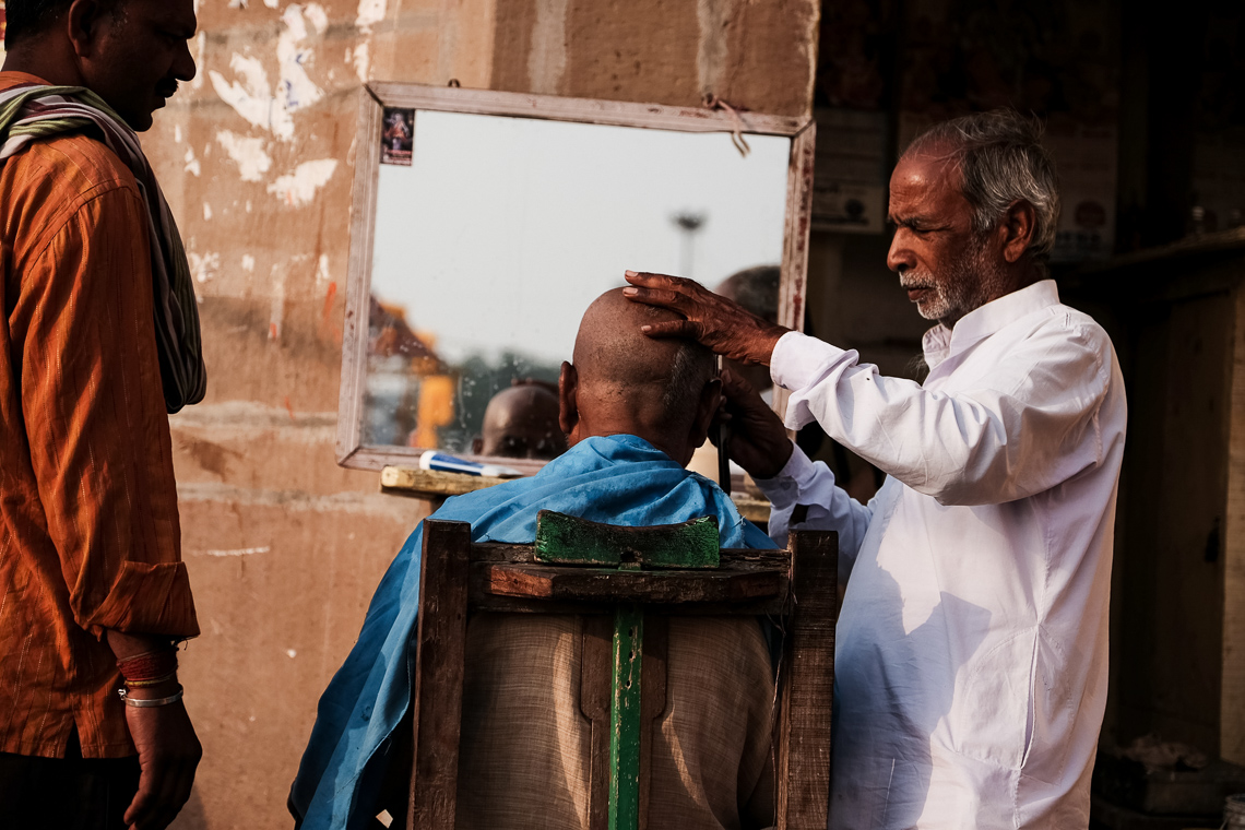 India street photography: outdoor haircut